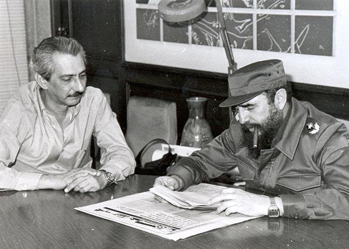 Fidel Castro relisant quelques articles avec le directeur du journal Granma de l'époque, Jorge Enrique Mendoza Reboredo, dans le bureau du directeur.