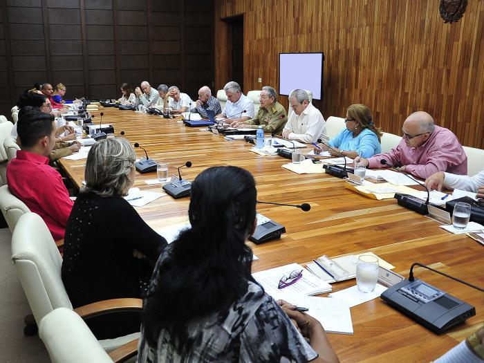 La Commission chargée d'élaborer l'avant-projet de Constitution poursuit ses travaux
